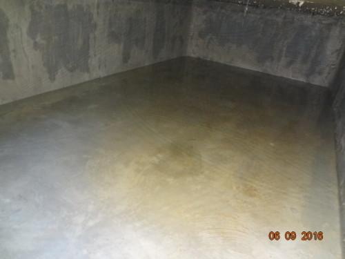 Iniciamos a lavagem das paredes e o fundo da caixa d'água residencial ou industrial com escova de nylon.