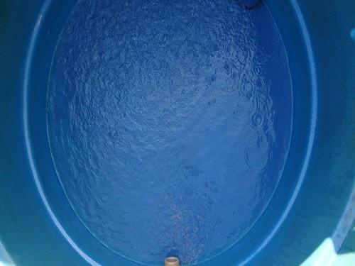 Retira-se a água da lavagem com um balde e a sujeira com uma pá de plástico.